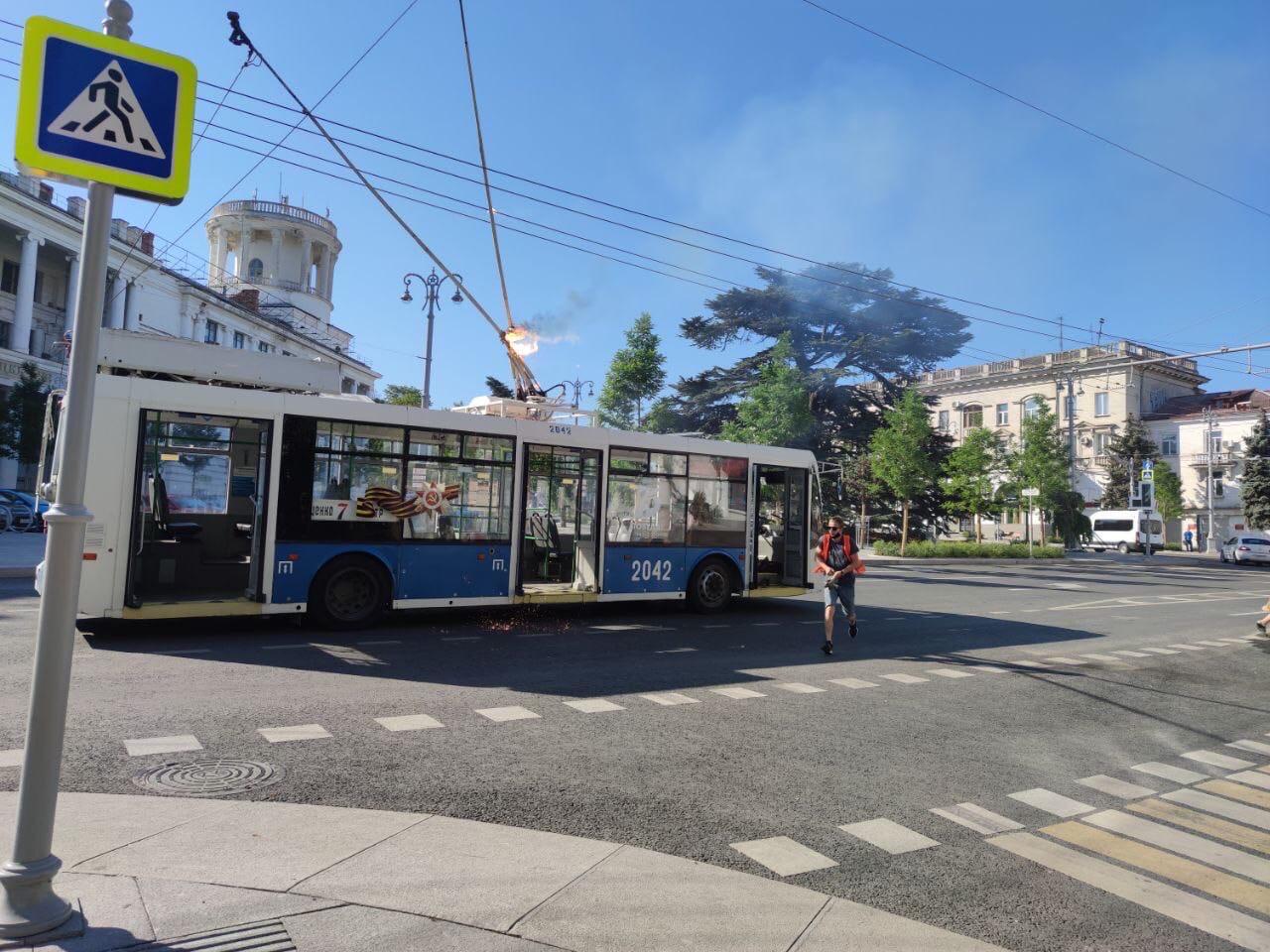 У троллейбуса в Севастополе во время движения вспыхнула штанга