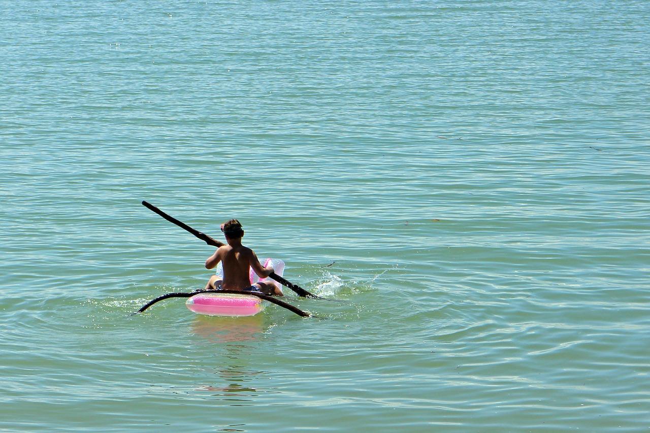 В Крыму мальчика на надувном матрасе унесло на километр от берега