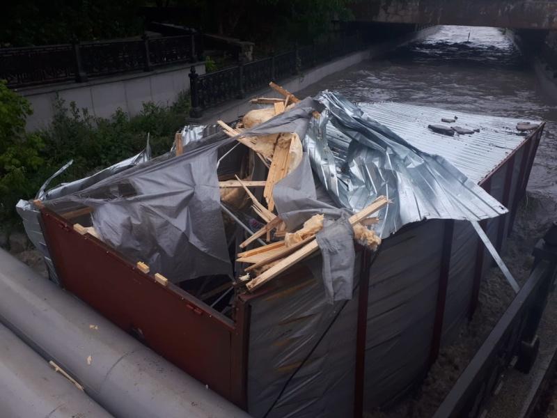 В Крыму дождевыми стоками смыло в реку строительный вагончик с человеком внутри