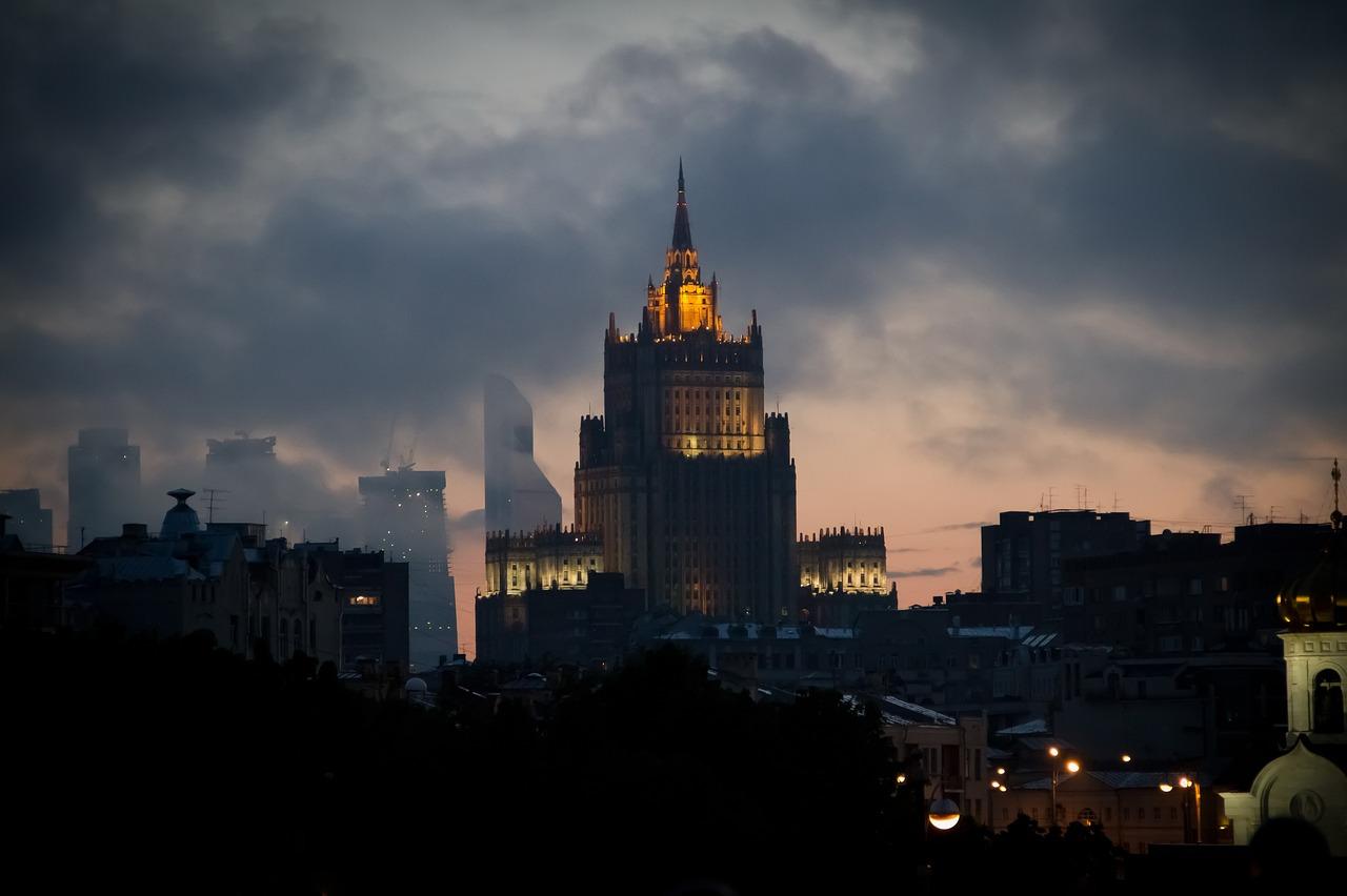 На здание посольства РФ на Украине спроецировали русофобские изображения