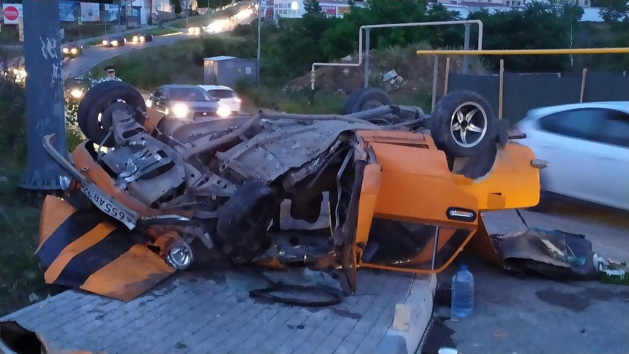 В Севастополе в Молочной балке перевернулся автомобиль