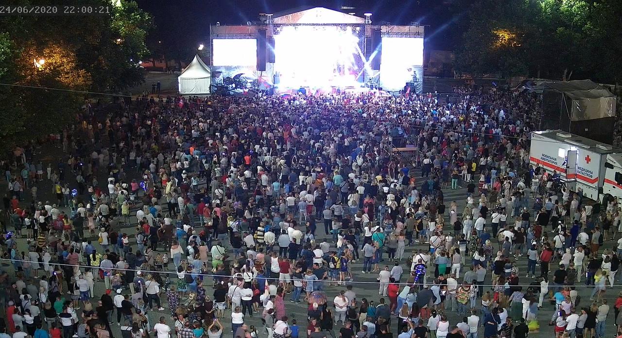 На площади Нахимова вчера собрались 30 тысяч человек