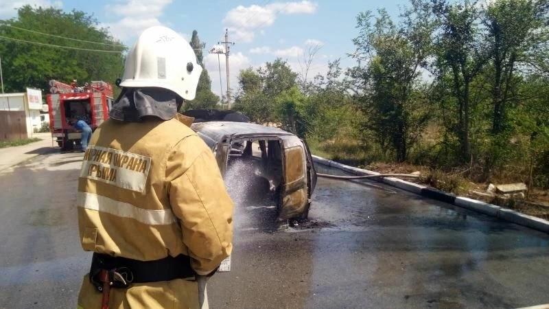 На трассе в Крыму загорелся автомобиль. Есть пострадавшие