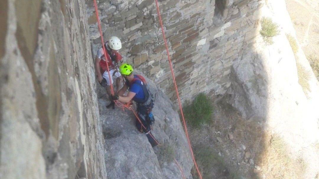 В Крыму спасатели сняли туриста со скалы