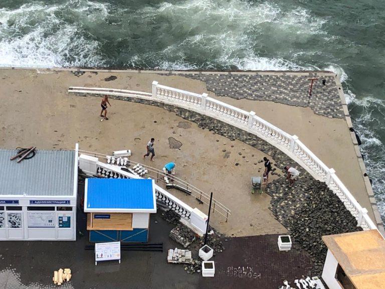 На пляж «Хрустальный» вернули плитку на песочке