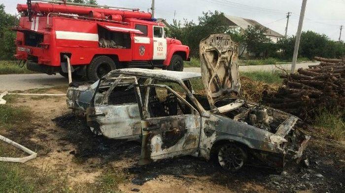 Огонь уничтожил легковой автомобиль в Крыму