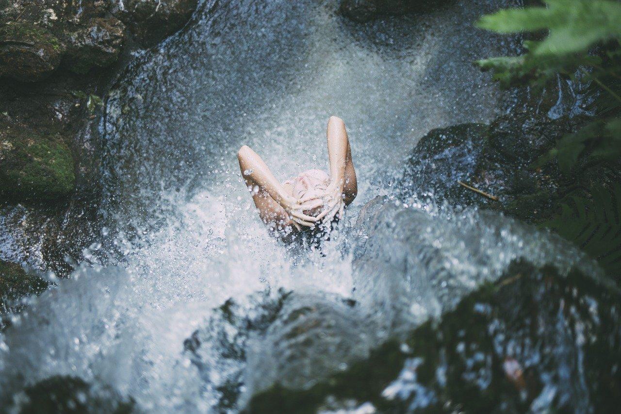Врач рассказала, кому нельзя мыться холодной водой