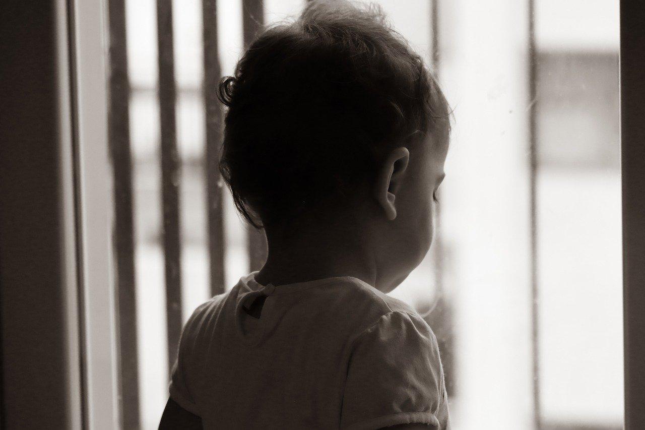 Двухлетний ребенок выпал из окна в Симферополе