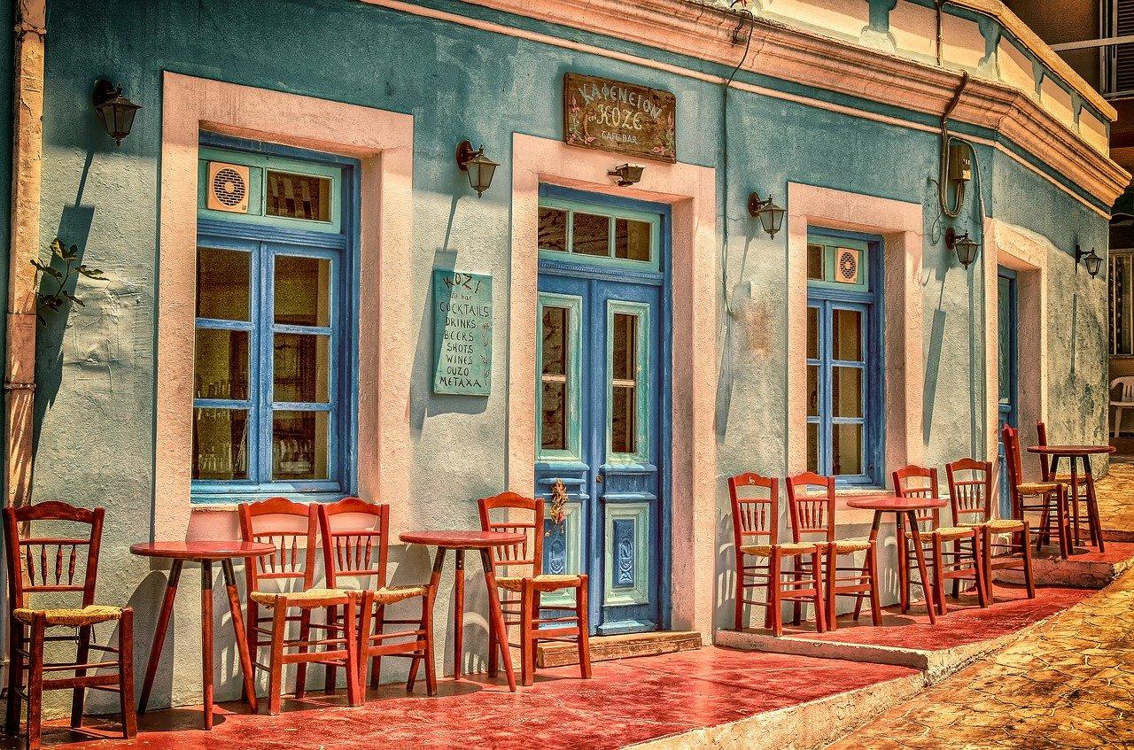 Севастопольских пешеходов ущемляет летняя площадка кафе