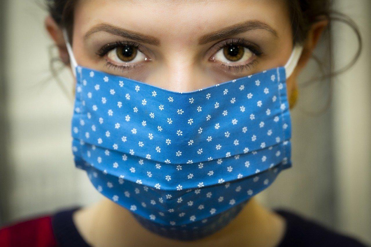 Психолог объяснил, почему люди отрицают пандемию