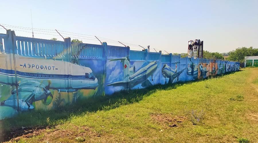 В аэропорту Симферополь появилось огромное граффити с самолетами
