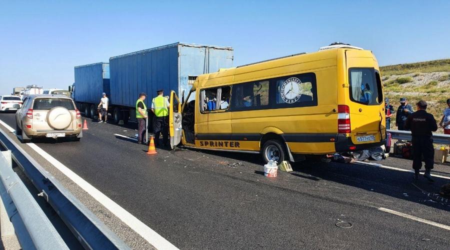 Столкновение микроавтобуса с КамАЗом в Крыму: что известно к этому часу