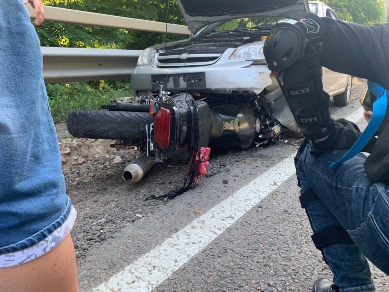 Мотоциклист въехал в машину туристов с детьми на крымской трассе