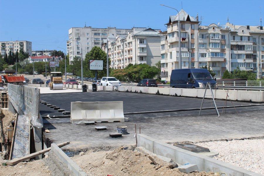 В Севастополе начали асфальтировать мост через суходол