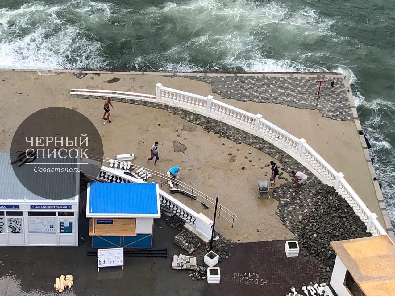 На пляже «Хрустальный» в Севастополе штормом смыло новую плитку