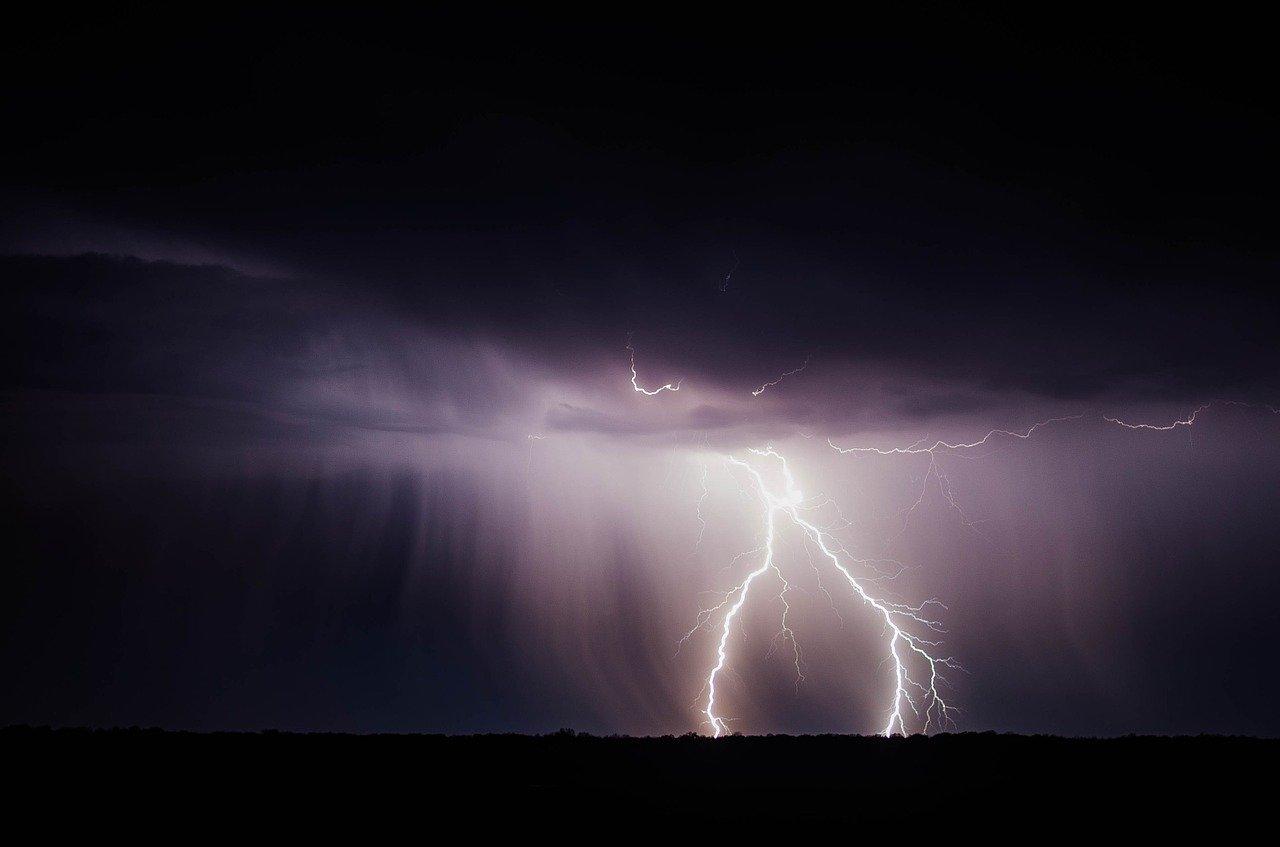 В МЧС напомнили, как уберечься от удара молнии