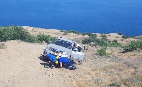 На мысе Меганом застрял автомобиль туристов с детьми