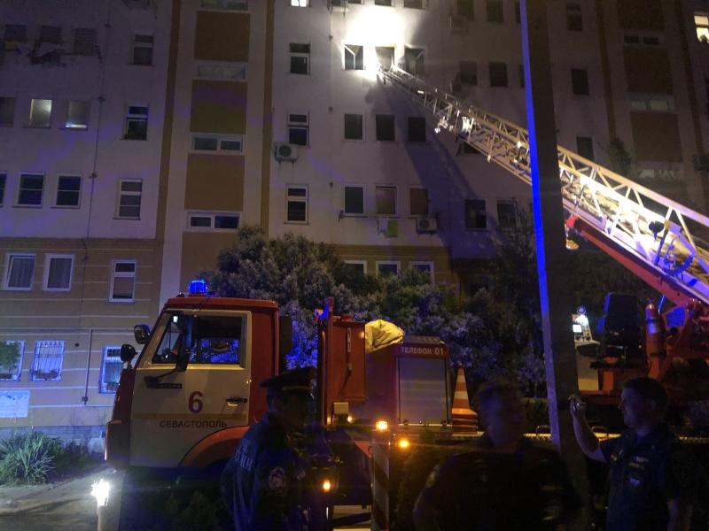 На пожаре в Севастополе эвакуировали 50 человек и спасли кота