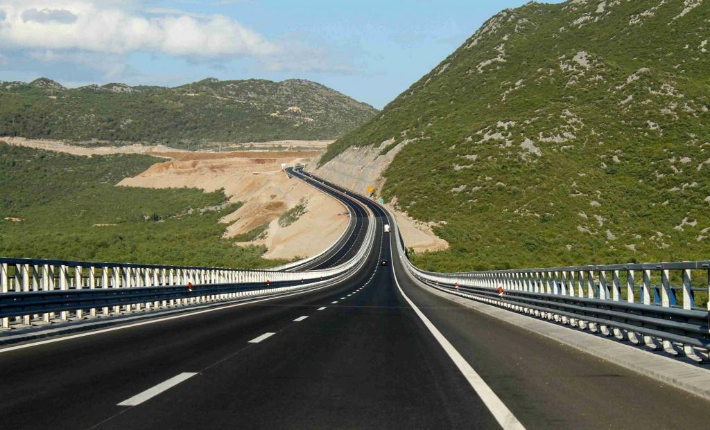 Путин поручил увеличить объемы строительства дорог в Крыму