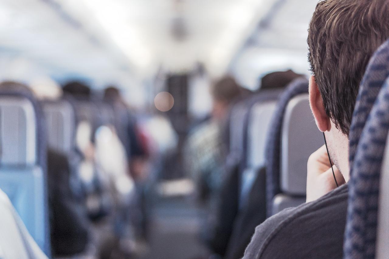 Эксперт назвал правила безопасного сна в самолете
