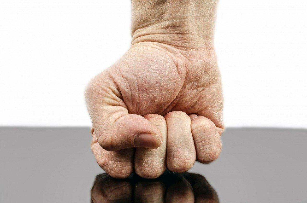 Севастополец напал на прохожего за отказ «подать на пропитание»