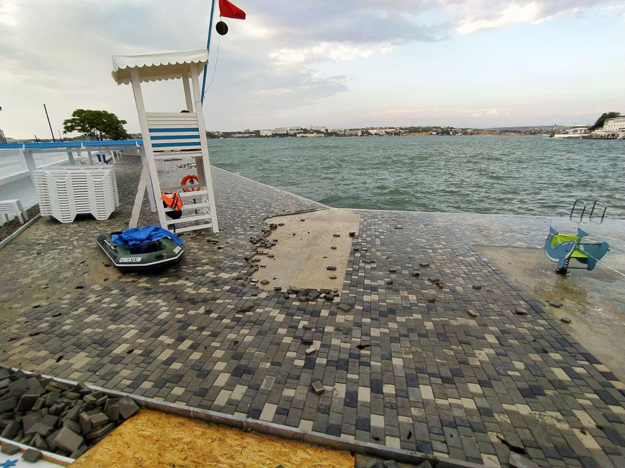 Пляж Хрустальный в Севастополе снова остался без плитки