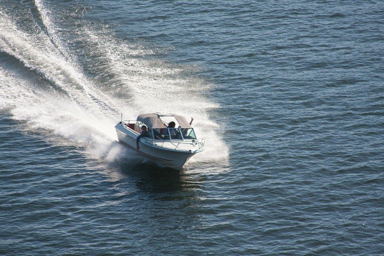 В Черном море опрокинулся катер с десятью пассажирами