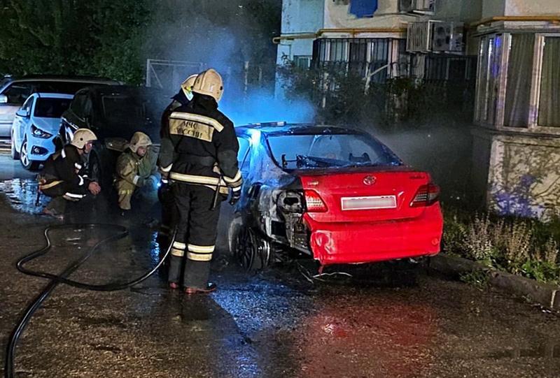 В Севастополе ночью дотла сгорел автомобиль