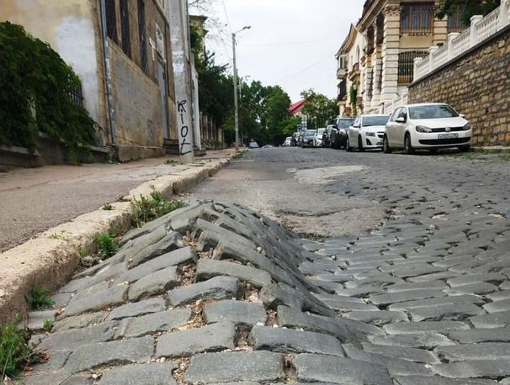 Вековая брусчатка в центре Севастополе пошла буграми