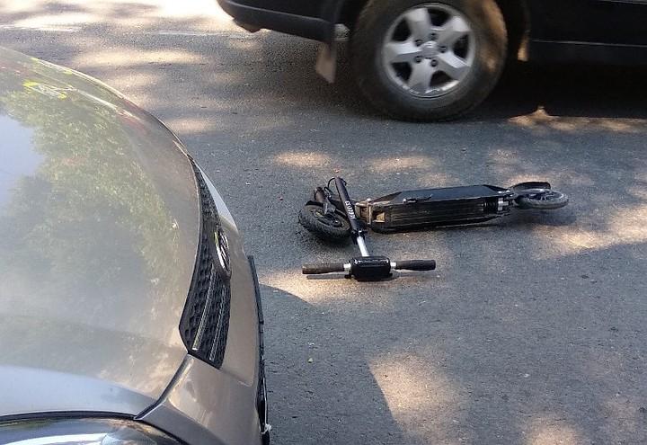 В Севастополе человек на самокате влетел в автомобиль
