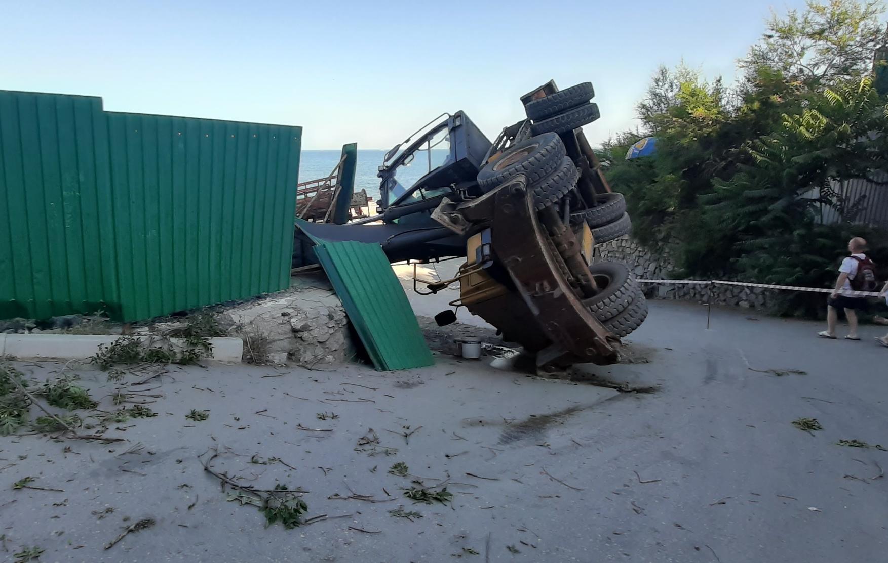 Экскаватор опрокинулся на спуске к морю в Ялте