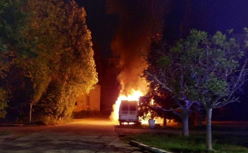 Ночью в Севастополе сгорел микроавтобус