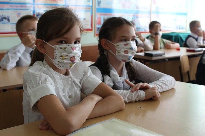 Аксенов опроверг слухи о закрытии школ и предприятий осенью