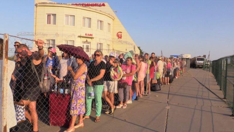 Украинских властей критикуют за издевательства на крымской границе