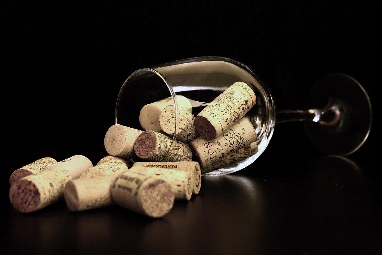 В алкогольном напитке и фисташках обнаружили фермент, облегчающий течение коронавируса