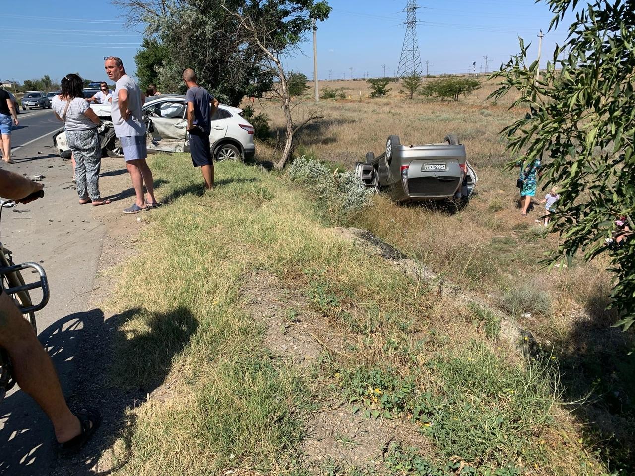 Водитель Volkswagen выехал на встречку и устроил тройное ДТП в Крыму