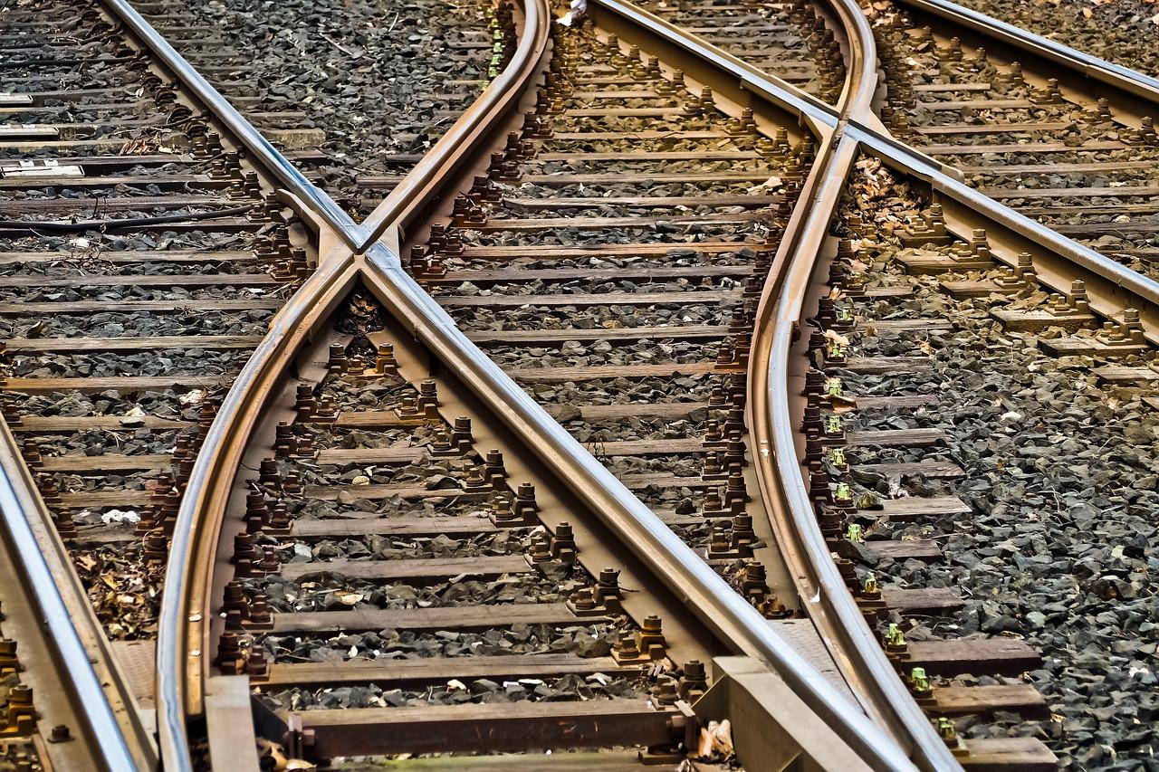 Следовавший в Севастополь поезд насмерть сбил человека