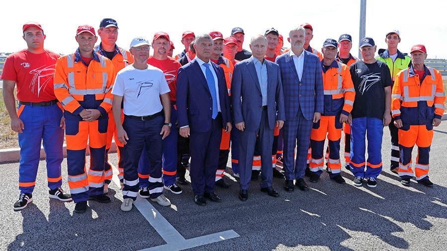 Строители «Тавриды» подарили Путину килограмм асфальта с трассы