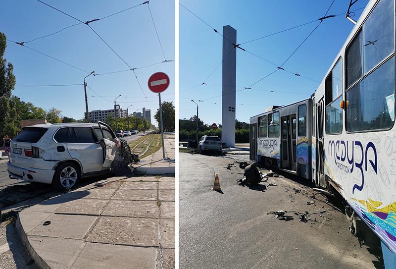 В Евпатории BMW врезался в трамвай