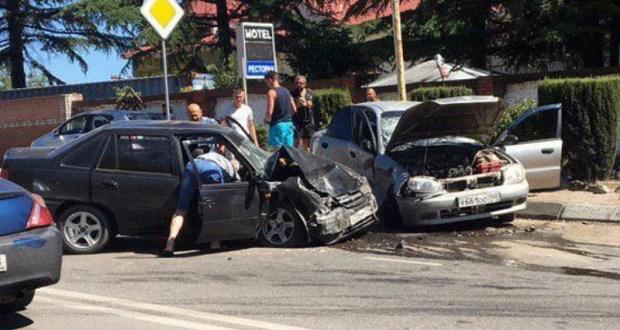 При столкновении автомобилей в Ялте пострадали сразу шесть человек