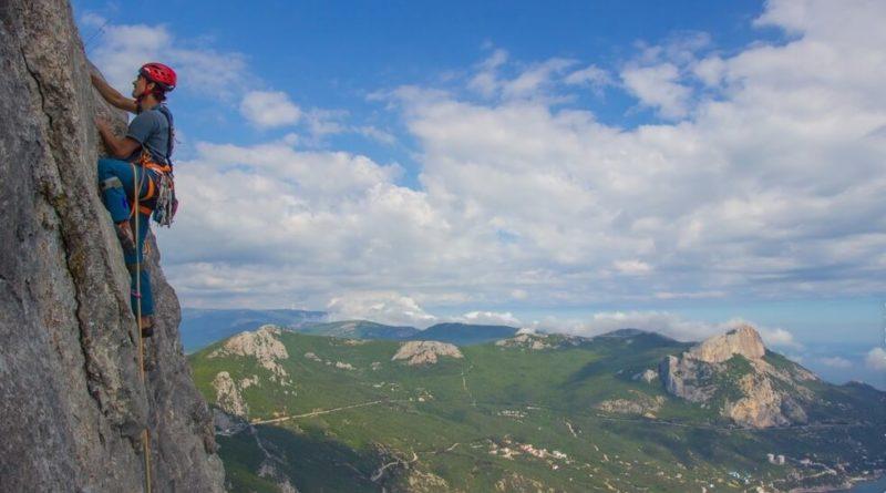 В Крыму с 15-метровой высоты сорвалась скалолазка