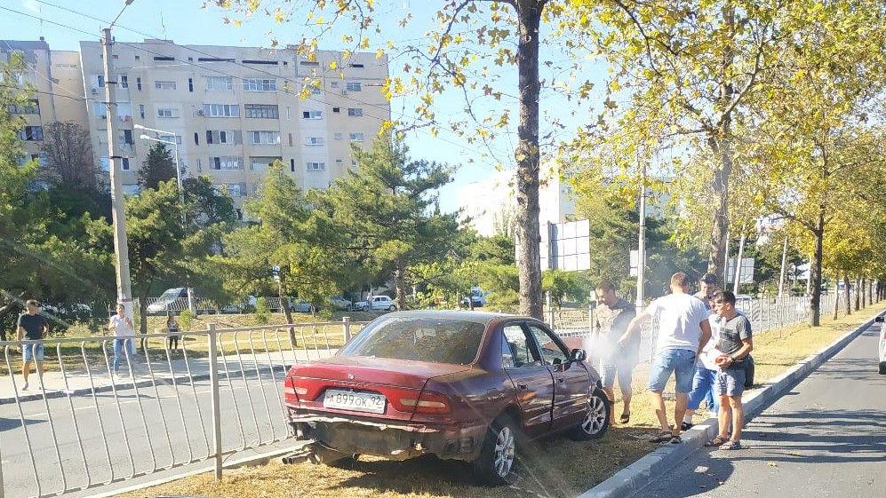 Водитель Mitsubishi въехал в дерево в Севастополе