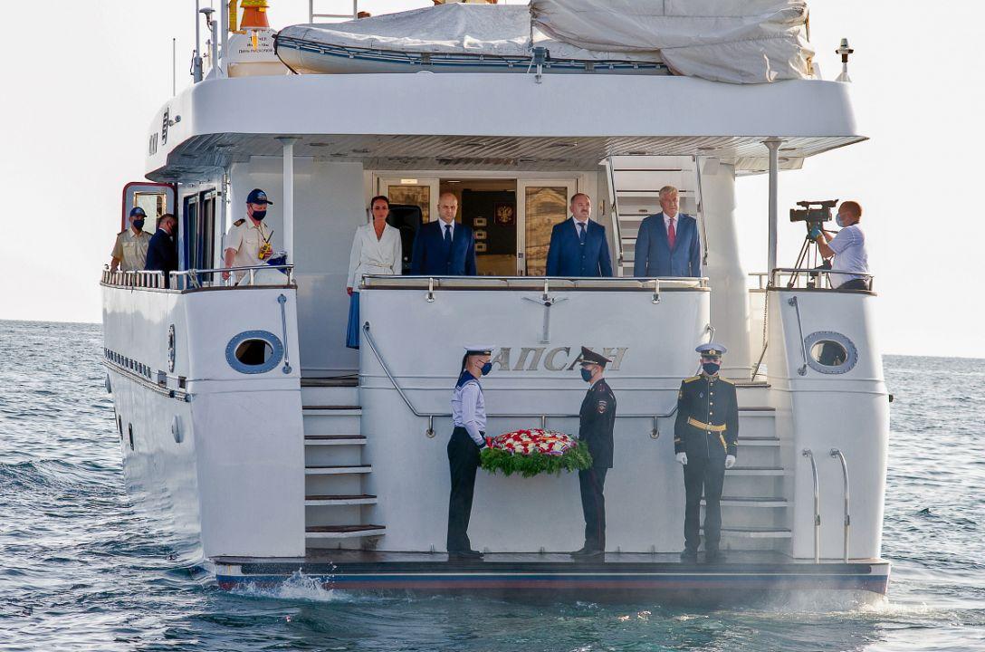 Глава МВД возложил цветы на воду в память о защитниках Севастополя