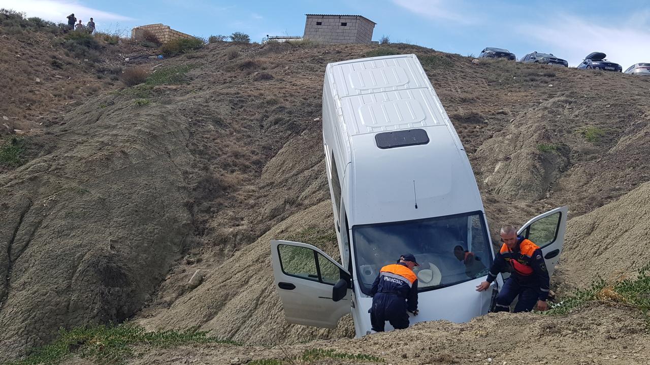 Автомобиль «ГАЗель» с пассажирами упал с обрыва в Крыму