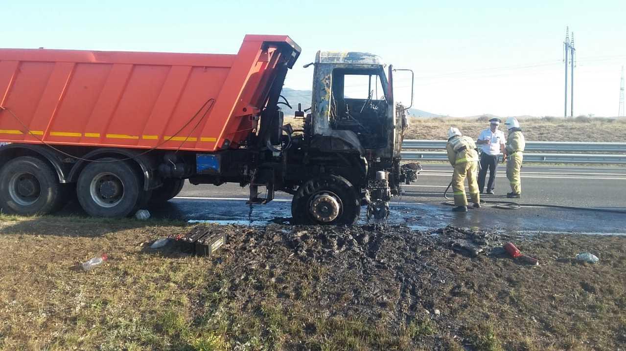 В Крыму на трассе «Таврида» загорелся «КамАЗ»