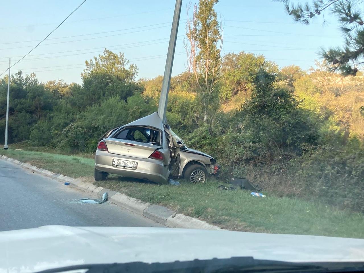 Под Севастополем автомобиль врезался в столб, погиб человек