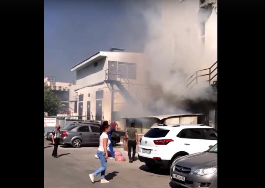 В Севастополе загорелся торговый центр