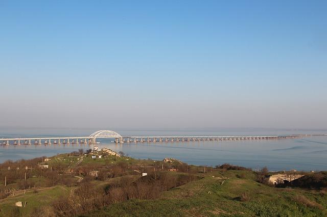 У Крымского моста застряла лодка с людьми