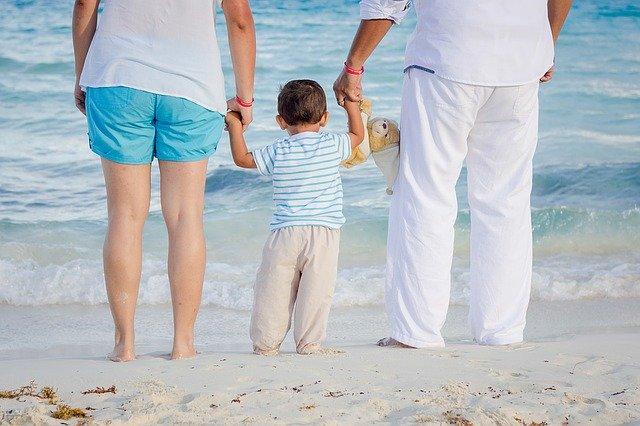 Психологи рассказали, чем гиперопека опасна для ребенка