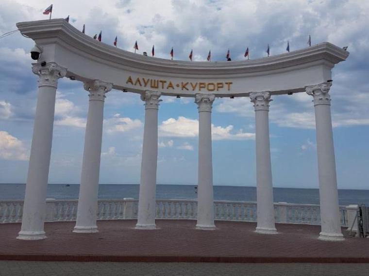 Омская учительница хотела отдохнуть в Крыму и нарвалась на мошенников